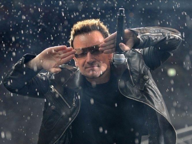 25.ago.2010 - Bono durante show do U2 em Moscou, Rússia