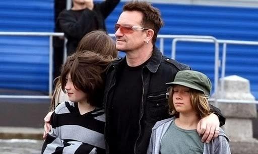 25.ago.2010 - Bono passeia com dois de seus filhos, Elijah (à esq..) e John (à dir.), por Moscou. O cantor também é pai de duas garotas, chamadas Jordan e Memphis