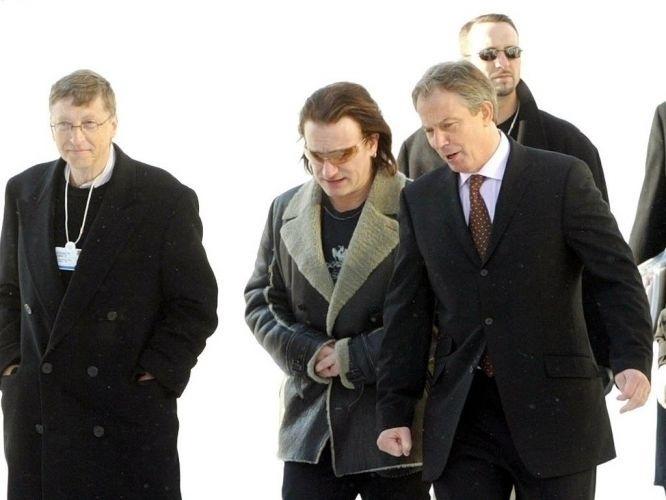 2.set.2010 - Ao lado do ex-primeiro ministro da Inglaterra Tony Blair (à dir.) e de Bill Gates (à esq.), Bono (centro) busca ajuda para suas ações sociais na África