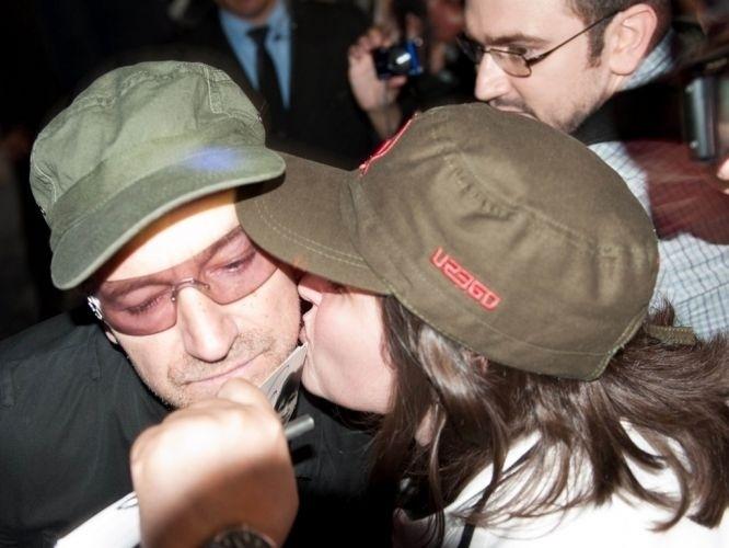 "9.abr.2011 - Fã beija Bono durante passagem dele pelo Brasil, na turnê ""360º"""