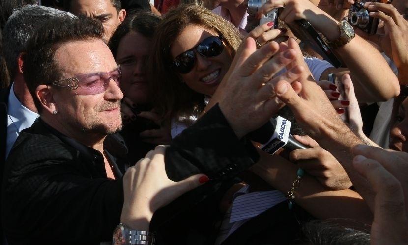 """9.abr.2011 - Fãs abraçam e tiram fotografias com Bono Vox durante passagem dele pelo Brasil, na turnê """"360º"""""""
