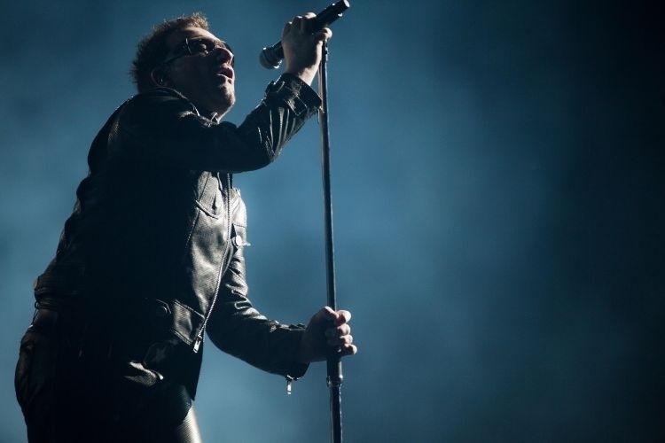 """9.abr.2011 - O vocalista Bono no primeiro dos três shows que o U2 fez em São Paulo para mostrar a turnê """"360º""""; a banda abriu o show com """"Even Better Than The Real Thing"""""""