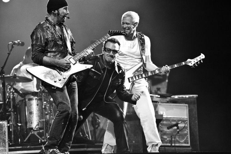 """9.abr.2011 - The Edge, Bono e Adam Clayton, todos membros do U2, no palco montado no estádio do Morumbi, em São Paulo, para os três shows da turnê """"360º"""" que a banda fez na cidade"""