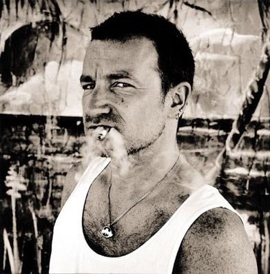 Com cara de mau, Bono posa para fotografia no início da década de 90