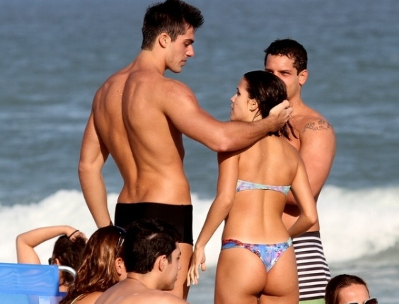 11.mai.2013 - A atriz Pérola Faria trocou carícias com o namorado, Maurício Mussalin, na praia da Barra da Tijuca, no Rio de Janeiro
