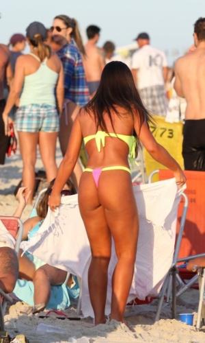 11.mai.2013 - Nicole Bahls aproveitou o fim de tarde na praia da Barra da Tijuca, no Rio de Janeiro, com amigos.