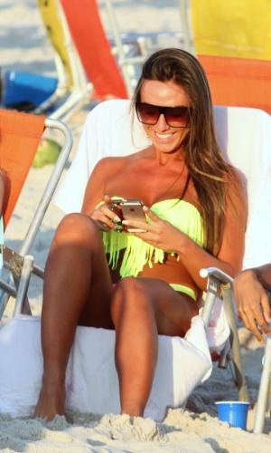 11.mai.2013 - Nicole Bahls toma sol na praia da Barra da Tijuca, no Rio de Janeiro, com amigos.