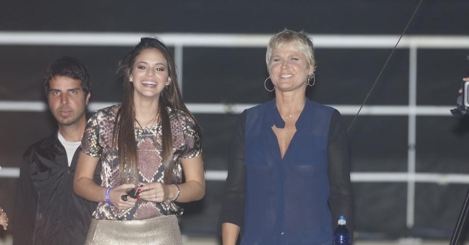 11.mai.2013 - Acompanhada de Bruna Marquezine, Xuxa conferiu o show de Ivete Sangalo na Arena HSBC no Rio de Janeiro. A blusa transparente da apresentadora tinha bolsos que cobriam seus seios, mas na hora da empolgação dava para perceber que ela não usava sutiã