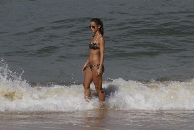 """12.mai.2013 - Fernanda de Freitas, que interpreta a Flavinha do programa """"Tapas & Beijos"""", mostrou que está batendo um bolão ao exibir sua ótima forma durante tarde de sol na Prainha, na Zona Oeste do Rio"""
