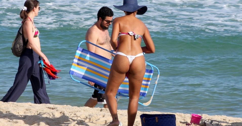 13.mai.13 - De biquini fio-dental, a atriz Sheron Menezes esbanjou boa forma e curtiu o dia de sol na praia de Ipanema, nesta segunda-feira