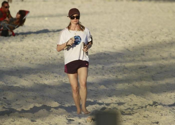"""13.mai.2013 - Letícia Spiller aproveitou uma folga na reta final das gravações de """"Salve Jorge"""" para se exercitar. De shortinho, a atriz exibiu as pernocas durante caminhada na praia da Barra da Tijuca, no Rio"""