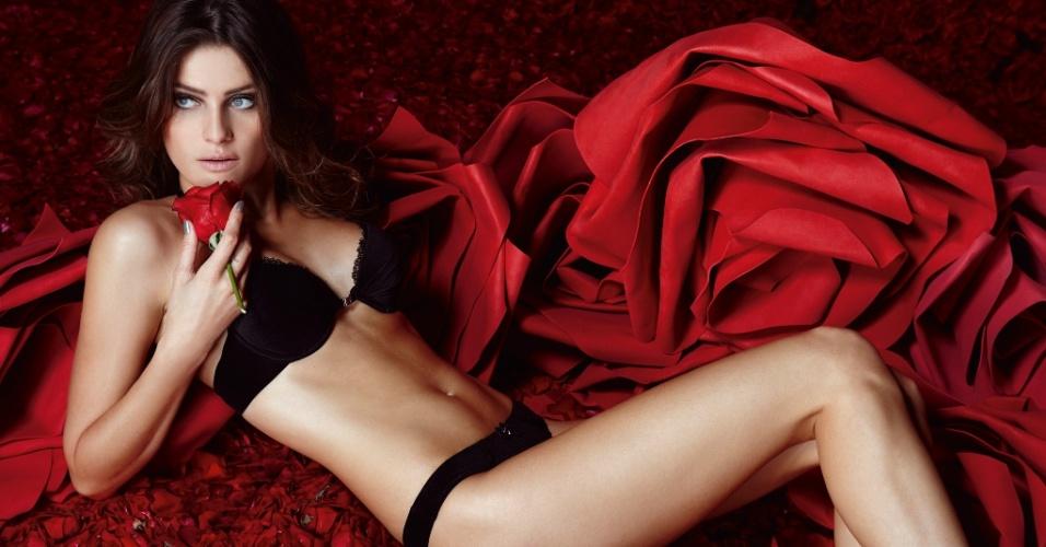 """14.mai.13 - A top Isabeli Fontana, 29, mostrou suas curvas em um ensaio sensual de lingerie especial para o Dia dos Namorados, divulgado nesta terça-feira. """"Lingerie é o tempero da relação. Precisa ter! Homem repara nisso, com certeza, e nunca mais esquece"""", disse em entrevista à Dafiti Mag"""