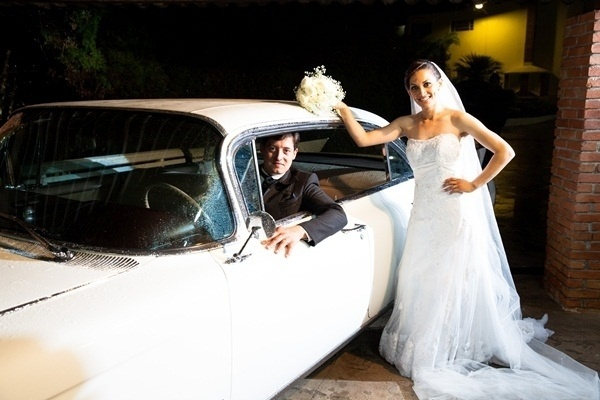 """O casamento de Anselmo dos Anjos Vaz Filho e Valéria Alves de Oliveira aconteceu em São Paulo, no dia 15 de dezembro de 2012. """"Após 12 anos de namoro realizamos o nosso grande dia ao lado das pessoas que amamos. Foi um dia inesquecível e abençoado por Deus"""", conta a noiva."""