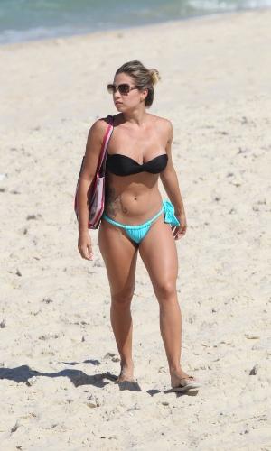 """14.mai.2015 - A modelo Mariana Rosas, capa da """"Playboy"""" na edição de maio com outras participantes do programa """"Casa Bonita"""", do Multishow, pega sol na Praia da Barra, no Rio de Janeiro"""