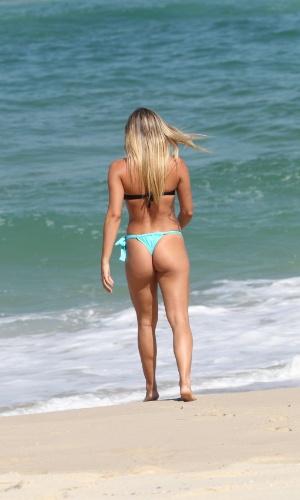 """14.mai.2015 - A modelo Mariana Rosas, capa da """"Playboy"""" na edição de maio com outras participantes do programa """"Casa Bonita"""", do Multishow, toma banho de mar na Praia da Barra, no Rio de Janeiro"""