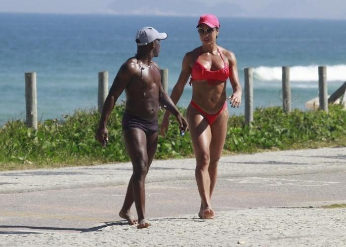 15.mai.2013 - Gracyanne Barbosa exibiu o corpo supersarado nesta tarde na orla da praia da Barra da Tijuca, no Rio. A mulher de Belo trocou o dia de treinos na academia para fazer exercícios em frente ao mar carioca