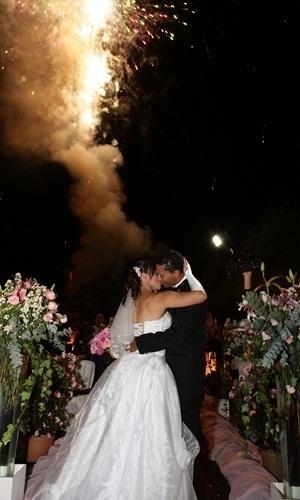 """Adriano Afonso Verbena e Alana Karen de Araújo Souza Verbena são os noivos que se casaram em Suzano (SP), no dia 19 de maio de2012. """"Foi um momento lindo, onde nossa história de amor se concretizou com a bênção de Deus"""", conta a noiva."""