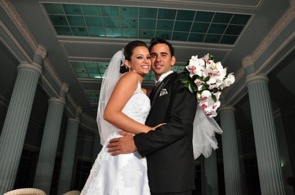 """Paulo Henrique Santos de Menezes se casou com Kenia Juliana de Oliveira Menezes em Araxá (MG), no dia 6 de abril de 2013. """"Momento mágico e lindo"""", revela a noiva."""