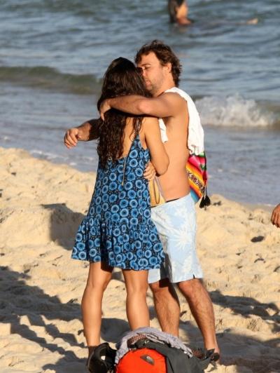 15.mai.2013 - O ator Marcelo Faria aproveita dia ensolarado ao lado da mulher, Camila Lucciola, na praia o Arpoador, no Rio de Janeiro. O casal tomou sol e trocou beijos apaixonados no local