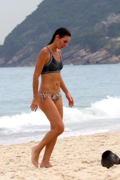 16.mai.2013 - Aos 38 anos, Glenda Kozlowski exibiu a forma impecável durante tarde com direito a banho de mar na praia de Ipanema, no Rio de Janeiro