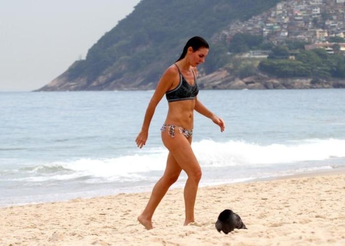 16.mai.2013 - Aos 38 anos, a jornalista e apresentadora Glenda Kozlowski exibiu a forma impecável durante tarde com direito a banho de mar na praia de Ipanema, no Rio de Janeiro