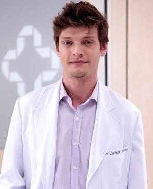 Laerte Torres (Pierre Baitelli) - Laerte é um médico meticuloso, organizado e muito cuidadoso