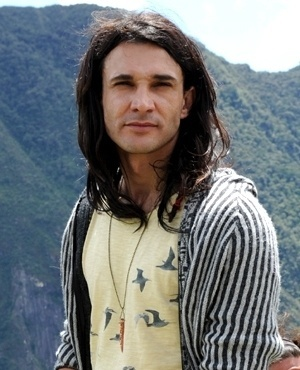Valentin Reys Moreno (Marcelo Schmidt) - Valentin é irmão de Alejandra e trabalha como guia turístico no Lago Titicaca