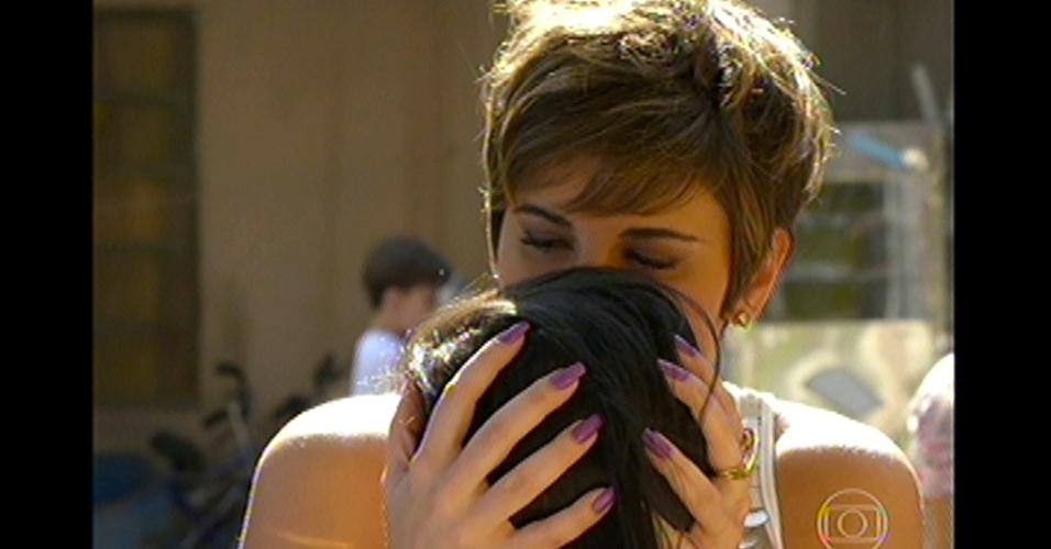 17.mai.13 - Aisha se despede da família biológica e volta para a Turquia