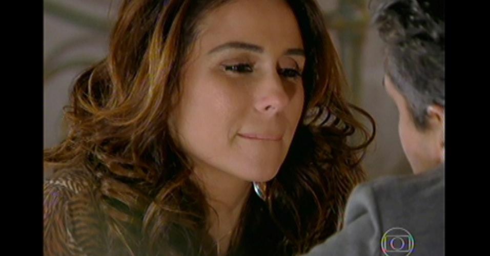 17.mai.13 - Ao contrário do que Stênio esperava, a delegada fica feliz com a notícia e resolve dar uma nova chance para o ex-marido