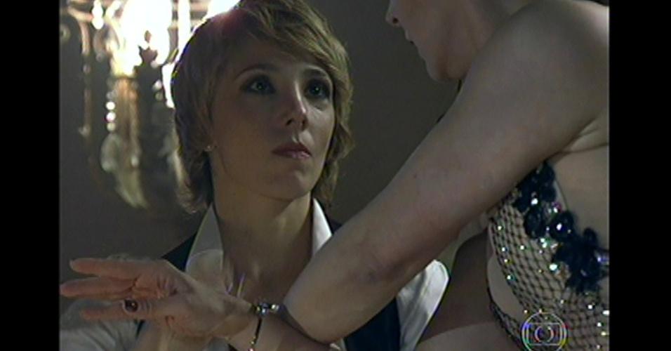 17.mai.13 - Ao final de apresentação, Riva surpreende a vilã e anuncia a prisão da ex-chefe do tráfico de pessoas