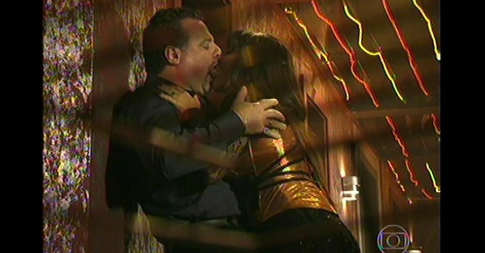 17.mai.13 - Antes da invasão da boate, Jô beija Russo o leva do quaro para liberar o caminho para a invasão da polícia