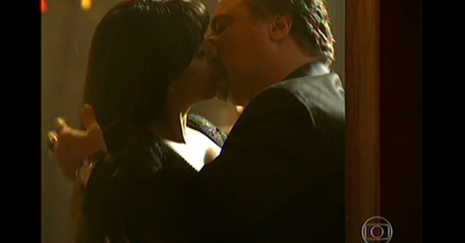 17.mai.13 - Antes da invasão da boate, Jô beija Russo e o leva do quarto, deixando o caminho livre para a invasão da polícia