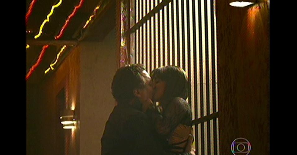 17.mai.13 - Após seduzir o vilão, Jô beija Russo
