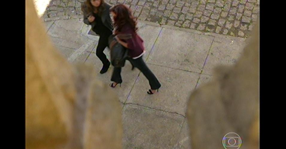 17.mai.13 - Depois de Rosângela pedir para Morena deixá-la fugir, a ex-traficada leva inimiga para um lugar mais reservado