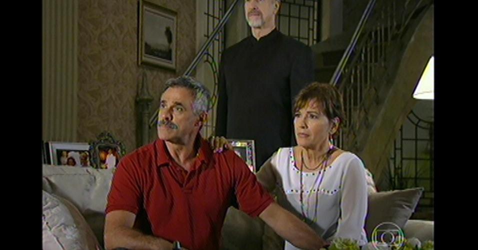 17.mai.13 - Família de Leonor se reúne para saber qual a notícia de Stênio