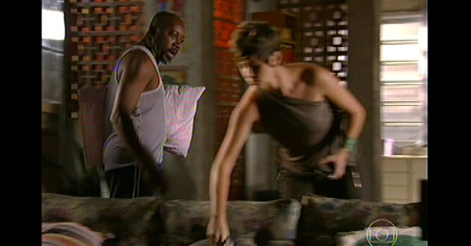 17.mai.13 - Irritada, Aisha tira o malandro do sossego e manda ele embora