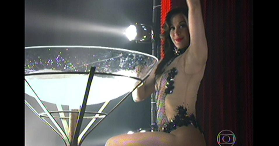 17.mai.13 - Helô e Riva assitem Lívia apresentando dança sensual em boate em um país do Oriente Médio