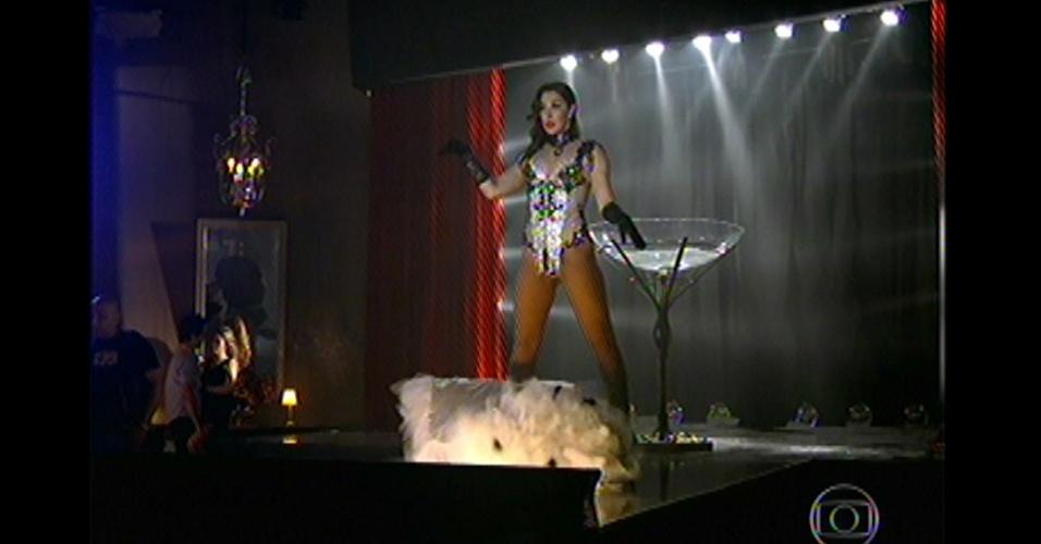 17.mai.13 - Lívia apresenta dança sensual em boate em um país do oriente médio antes de ser presa