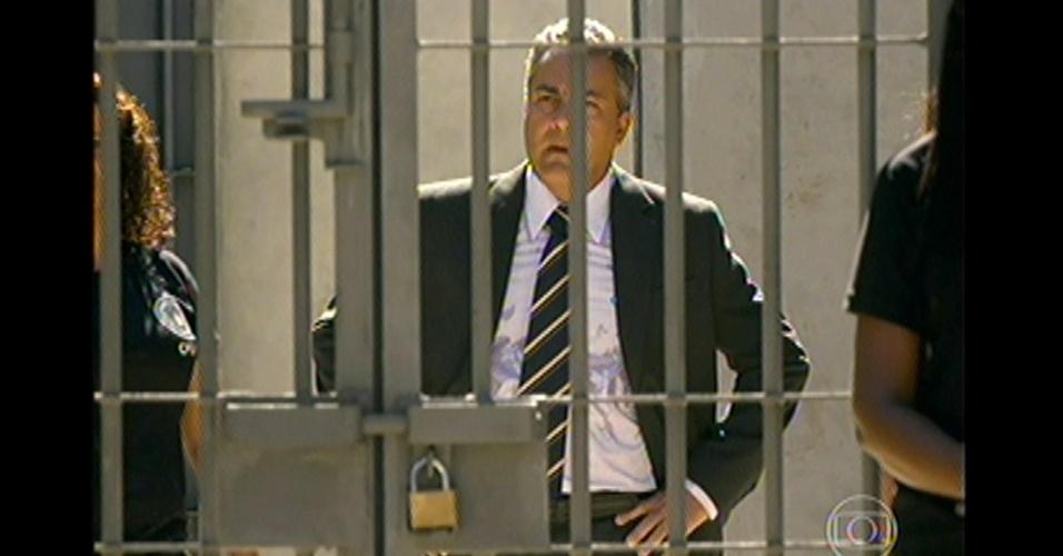 17.mai.13 - Lívia tem outros planos e decide seduzir o diretor do presídio
