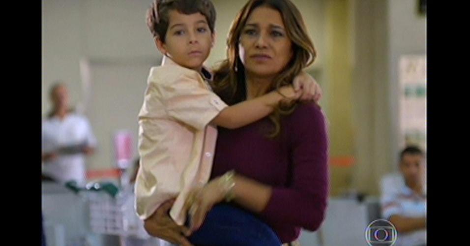 17.mai.13 - Lucimar e o neto esperam Morena, Théo e Jéssica no aeroporto
