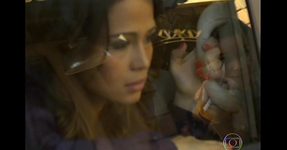 17.mai.13 - Morena fica no carro enquanto a polícia invade a boate onde estão as traficadas e a quadrilha de Lívia
