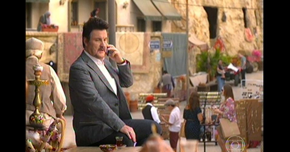 17.mai.13 - Mustafá conversa com Aisha por telefone e diz que está terminando seus negócios na Capadócia