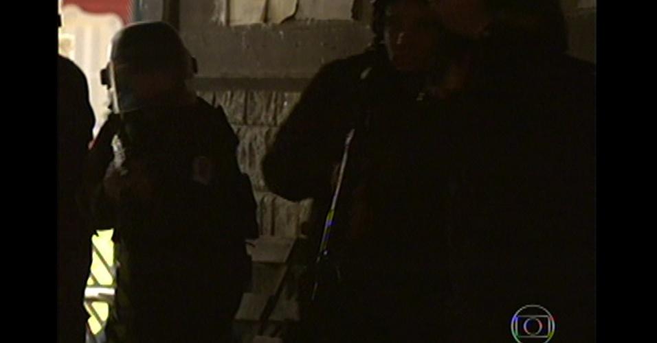 17.mai.13 - Polícia invade boate e surpreende o bando de Lívia