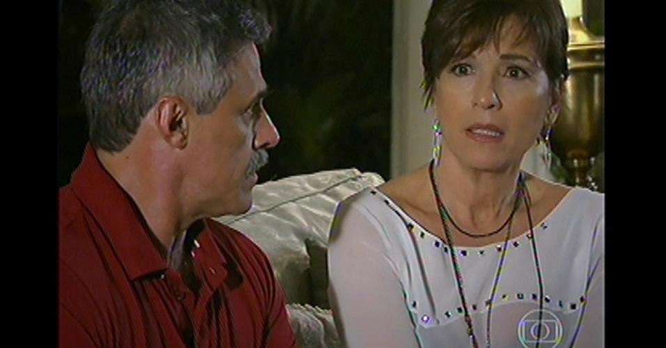 17.mai.13 - Stênio conta sobre a traição do marido de Leonor e surpreende a todos