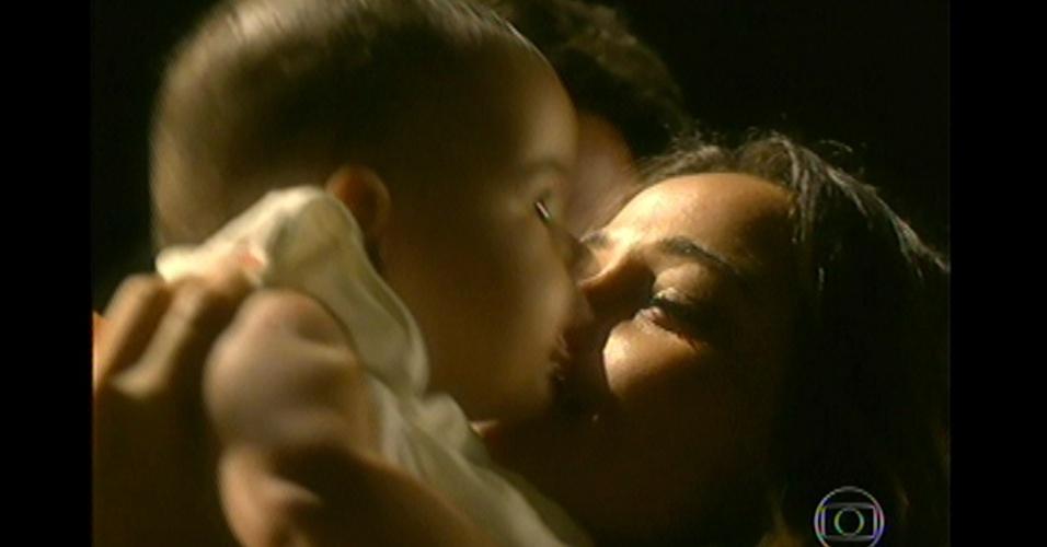 17.mai.13 - Théo e Morena se emocionam ao abraçar Jéssica após o resgate