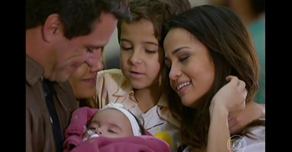 17.mai.13 - Théo e Morena voltam para o Brasil com a filha