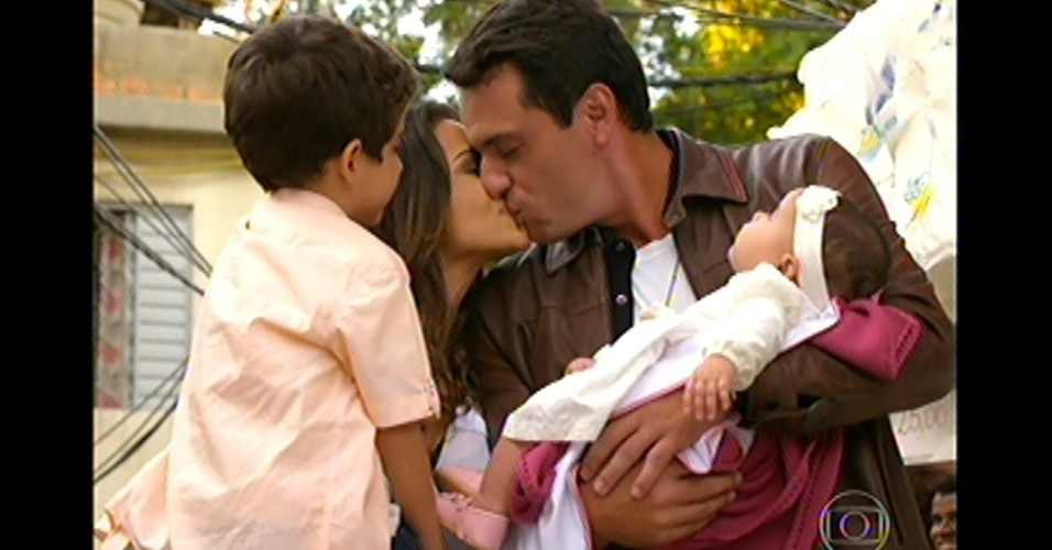 17.mai.13 - Última cena da trama mostra Théo e Morena finalmente juntos, como uma família, no Alemão