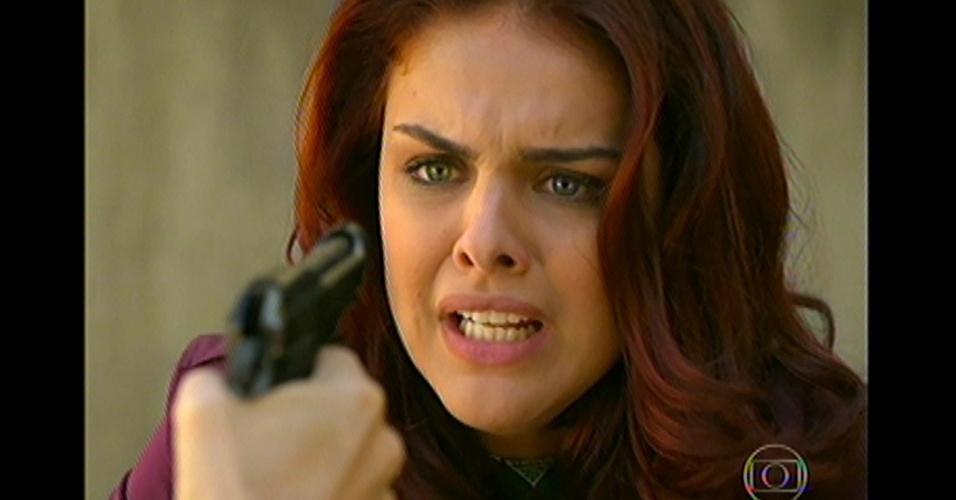 17.mai.13 - Um dia antes de invadir a boate, Morena aponta arma para Rosângela e tenta arrancar informações sobre sua filha sequestrada