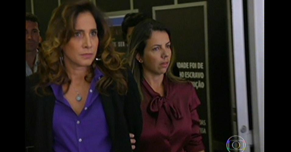 17.mai.13 - Wanda chega ao Brasil algemada e diz para todos que é inocente