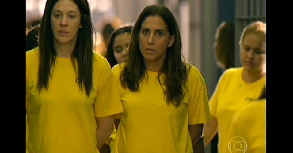 17.mai.13 - Wanda e Lívia chegam ao presídio no Brasil